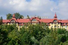 Vista do hotel grande Praha através do grupo de árvores Imagens de Stock Royalty Free