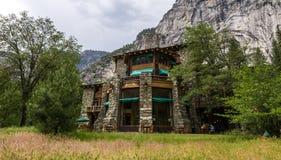Vista do hotel majestoso de Yosemite (antigo hotel de Ahwahnee) imagens de stock