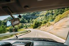Vista do interior do carro do veículo ao fundo borrado da estrada no movimento rápido fotografia de stock