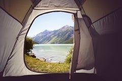 Vista do interior fora da opinião amarela do lago do tentA Acampamento nas madeiras Lago Kucherlinskoe mountain de cima de, Altay imagem de stock