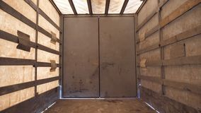 Vista do interior semi de um reboque vazio Transporte antes de transferir o produto Fim acima vídeos de arquivo
