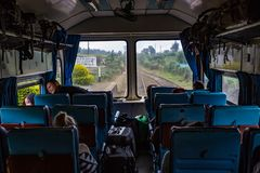 Vista do interior do transporte dianteiro da observação em Kandy à viagem railway de Ella em Sri Lanka imagem de stock royalty free