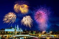 Vista do Kremlin com os fogos-de-artifício durante a hora azul em Moscou, Rússia 9 de maio dia da vitória contra a celebração de  Fotos de Stock Royalty Free