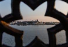 Vista do Kremlin de Kazan através de uma estrutura decorativa do ferro fundido do ferro forjado fotografia de stock royalty free