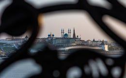 Vista do Kremlin de Kazan através de uma estrutura decorativa do ferro fundido do ferro forjado imagem de stock royalty free
