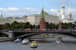 Vista do Kremlin de Moscou e da ponte de pedra grande imagens de stock