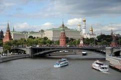 Vista do Kremlin de Moscou e da ponte de pedra grande foto de stock royalty free