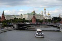 Vista do Kremlin de Moscou e da ponte de pedra grande imagem de stock