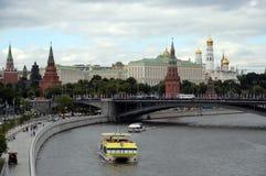 Vista do Kremlin de Moscou e da ponte de pedra grande foto de stock