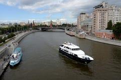Vista do Kremlin de Moscou e da ponte de pedra grande fotografia de stock
