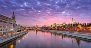 Vista do Kremlin de Moscou e da terraplenagem de Sófia com um s vermelho fotos de stock