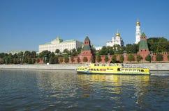 Vista do Kremlin de Moscou e da terraplenagem do Kremlin, Moscou, Rússia imagens de stock