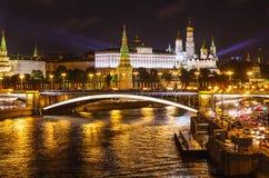 Vista do Kremlin de Moscou na noite do verão da iluminação da noite Imagens de Stock