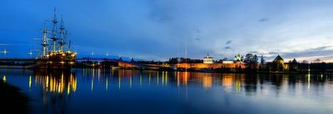 Vista do Kremlin de Novgorod na noite Fotos de Stock