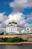 Vista do Kremlin de Pskov do rio de Velikaya no summe Foto de Stock