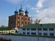 Vista do Kremlin de Ryazan, o anel dourado de R?ssia fotografia de stock