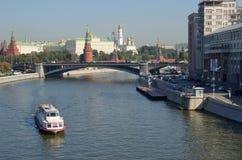 Vista do Kremlin e da ponte de pedra grande, Moscou, Rússia imagem de stock