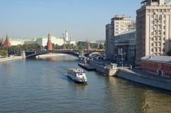 Vista do Kremlin e do rio de Moscou foto de stock