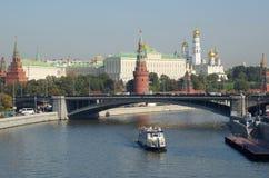 Vista do Kremlin e do rio de Moscou imagem de stock