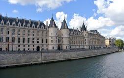 Vista do La Conciergerie com o Seine River Paris, França, o 10 de agosto de 2018 foto de stock