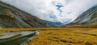 Vista do lago Akkem na montanha Belukha perto da placa entre Rússia e Cazaquistão durante o outono dourado imagem de stock