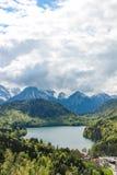 Vista do lago Alpsee perto do castelo de Neuschwanstein em Baviera imagem de stock