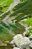 Vista do lago azul nas montanhas Parque nacional Imagem de Stock