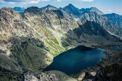 Vista do lago bonito nas montanhas do verão imagens de stock royalty free
