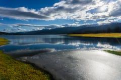 Vista do lago congelado Plastira no inverno em Grécia central Imagem de Stock
