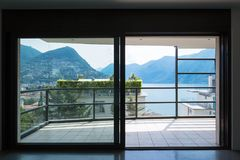 Vista do lago da janela imagens de stock royalty free
