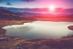 Vista do lago da montanha na noite Fotografia de Stock Royalty Free