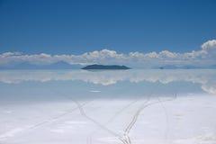 Vista do lago de sal de salar de uyuni em Bolívia que mostra trilhas do pneu Fotografia de Stock Royalty Free