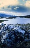 Vista do lago dos bancos imagens de stock