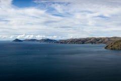 Vista do lago Titicaca que olha norte para Isla del Sol de Cerro Calvario, Copacabana, Bolívia foto de stock