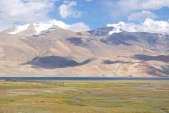 Vista do lago Tso Moriri em Ladakh nos Himalayas com picos altos Foto de Stock Royalty Free