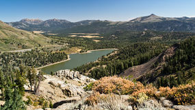 Vista do lago vermelho de Carson Pass Fotografia de Stock