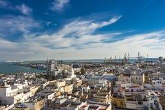 Vista do leste aérea das construções perto do porto da baía de Cadiz imagens de stock