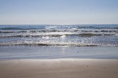Vista do litoral das ondas na superfície do mar foto de stock