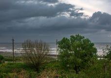 Vista do litoral em um dia chuvoso nebuloso imagem de stock