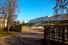 Vista do local central das fontes do museu, Peterhof St Petersburg, R?ssia foto de stock royalty free