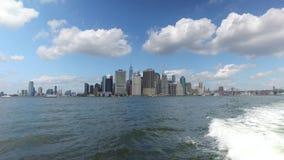 Vista do Lower Manhattan como visto da balsa de East River video estoque