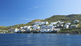 Vista do mar à ilha de Kythnos em Grécia nave Fotografia de Stock Royalty Free