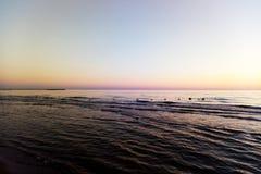 Vista do mar Báltico durante o por do sol fotos de stock