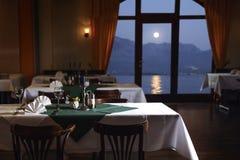 Vista do mar, de montanhas e da lua do terraço de um co Imagem de Stock Royalty Free