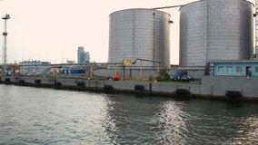 Vista do mar em depósitos industriais com construções do anexo no porto marítimo video estoque