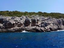 Vista do mar em uma costa íngreme fotografia de stock
