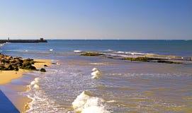 Vista do mar Mediterrâneo e o litoral com as pedras de Tel Aviv imagem de stock