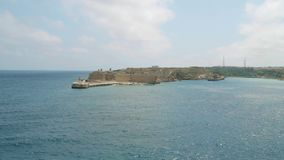 Vista do mar Mediterrâneo, do forte Ricasoli e da ilha de Malta da costa de Valletta video estoque