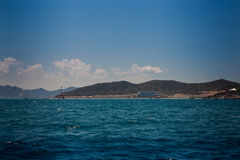 vista do mar montanhoso dos azuis celestes das ilhas contra nuvens de cúmulo do céu azul fotos de stock