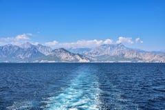 Vista do mar na costa de Antalya, no fundo da construção, montanhas, na perspectiva do azul imagem de stock royalty free